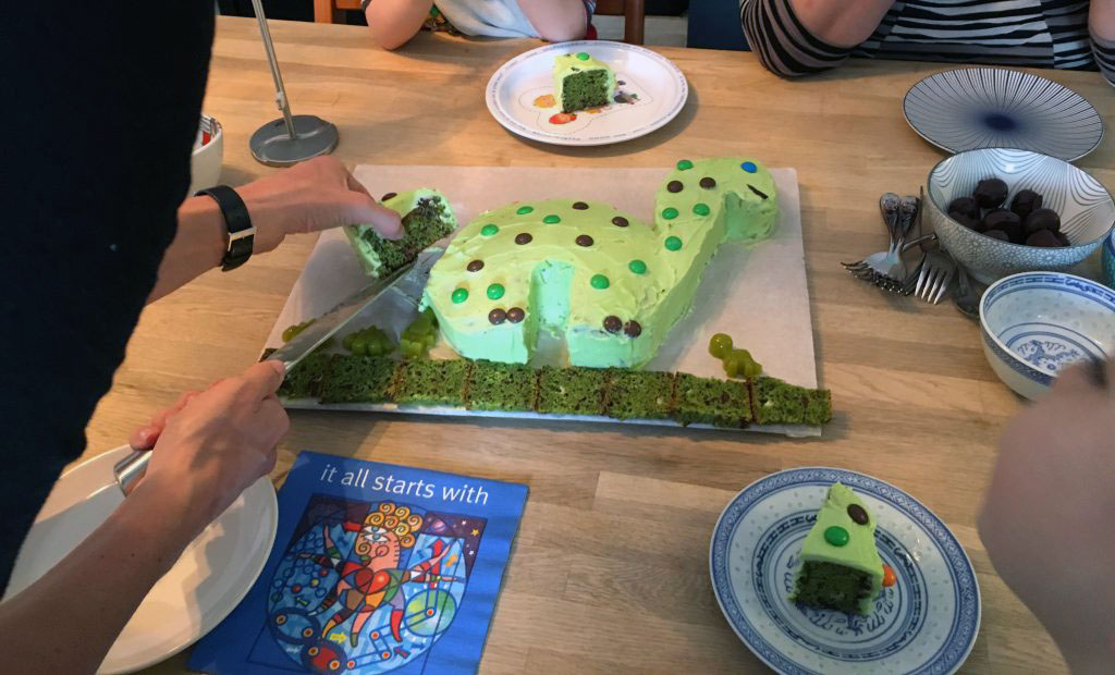 Dinosaur Birthday Cake - Green both on the outside and the inside \o/