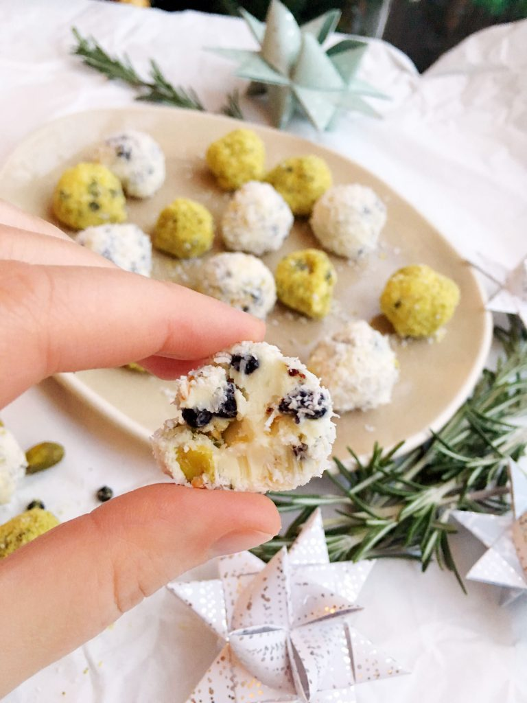Pistachio Blueberry White Chocolate Truffles, the perfect mix of sweet, sour and salty. Finger licking delicious and really difficult to keep your hands off 😉